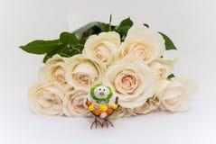 Bouquet des roses avec le poulet de Pâques Photos stock