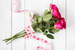 Bouquet des roses avec le ruban Photo stock