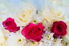Bouquet des roses blanches dans les roses de fond Images libres de droits