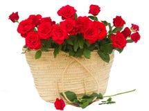 Bouquet des roses d'écarlate dans le panier Images stock