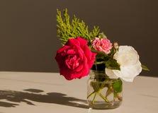 Bouquet des roses dans le petit pot sur la table image libre de droits