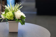 Bouquet des roses dans le pot sur le fond en bois Images stock