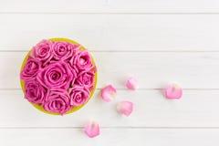 Bouquet des roses dans le rose sur le fond en bois blanc photo libre de droits