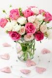 Bouquet des roses dans le vase images libres de droits