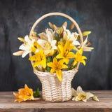 Bouquet des roses dans un panier sur la table photo stock