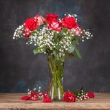 Bouquet des roses dans un vase sur la table photos stock