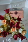 Bouquet des roses de blanc, de pêche et de marsala Photo stock