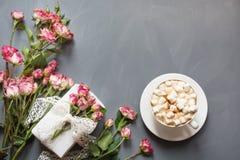 Bouquet des roses roses de buisson, du cadeau femelle et de la tasse de café sur le fond chic minable, point de vue supérieure Co Photos stock