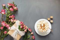 Bouquet des roses roses de buisson, du cadeau femelle et de la tasse de café sur le fond chic minable, point de vue supérieure Co Photographie stock libre de droits