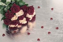 Bouquet des roses de deux couleurs pour aimé, de beaucoup de coeurs rouges, symbole de festin d'amour, de ` s de Valentine et de  Photo stock