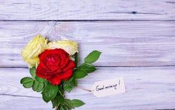 Bouquet des roses de floraison avec une étiquette de papier Photo libre de droits