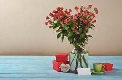 Bouquet des roses, des cadeaux, de la tasse de café et de la carte Images libres de droits