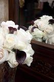 Bouquet des roses devant le miroir Photographie stock libre de droits