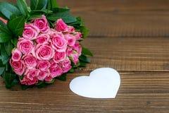 Bouquet des roses et des coeurs Le concept du jour du ` s de Valentine, HOL Photographie stock