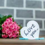 Bouquet des roses et des coeurs Le concept du jour du ` s de Valentine, HOL Images stock