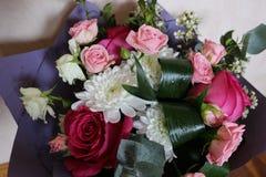 Bouquet des roses et d'autres fleurs Image stock