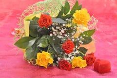 Bouquet des roses et d'un cadeau Photos stock