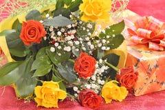 Bouquet des roses et d'un cadeau Images stock