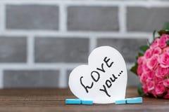 Bouquet des roses et de l'inscription je t'aime Le concept de Vale Images stock