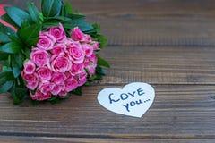 Bouquet des roses et de l'inscription sur l'amour Amour de concept, statemen Photographie stock libre de droits