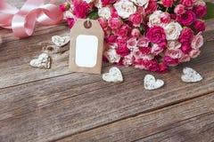 Bouquet des roses et de la carte Photographie stock