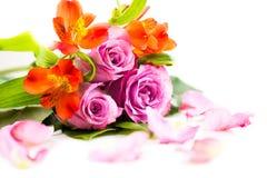Bouquet des roses et de quelques pétales de fleur Photo stock