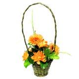 Bouquet des roses et des gerberas dans le panier Images stock