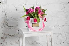 Bouquet des roses et des tulipes dans un boîte-cadeau Photographie stock