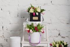 Bouquet des roses et des tulipes dans un boîte-cadeau Image stock