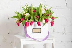 Bouquet des roses et des tulipes dans un boîte-cadeau Photo stock
