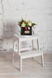 Bouquet des roses et des tulipes dans un boîte-cadeau Image libre de droits
