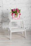 Bouquet des roses et des tulipes dans un boîte-cadeau Photographie stock libre de droits