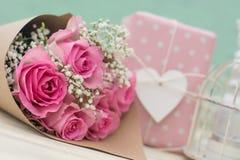 Bouquet des roses et du cadeau Image stock