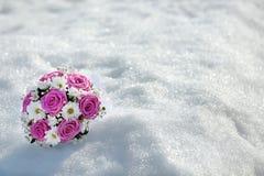 Bouquet des roses roses et des marguerites blanches sur le backgroun de neige d'hiver Photo stock