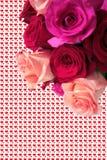 Bouquet des roses roses et rouges avec des coeurs comme fond Images stock