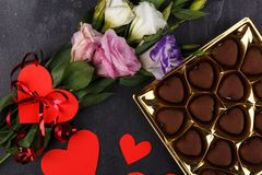 Bouquet des roses japonaises et d'une boîte de chocolats sur un fond en pierre La vue de ci-dessus est haute étroit Photo libre de droits