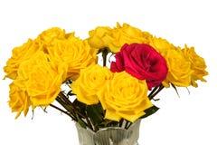 Bouquet des roses jaunes dans un vase d'isolement Images libres de droits