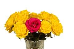 Bouquet des roses jaunes dans un vase d'isolement Image libre de droits