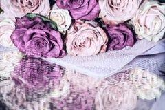 Bouquet des roses multicolores dans les baisses Images libres de droits
