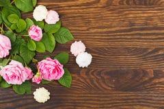 Bouquet des roses rose-clair avec des bonbons Photo libre de droits