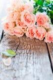 Bouquet des roses roses avec l'espace de copie sur l'image Photographie stock libre de droits