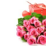 Bouquet des roses roses avec le présent de Valentine Image stock
