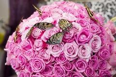 Bouquet des roses roses avec les papillons vivants Photos libres de droits