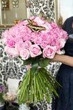 Bouquet des roses roses avec les papillons vivants Images stock