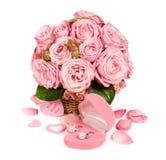 Bouquet des roses roses dans un panier avec un cadeau Image stock