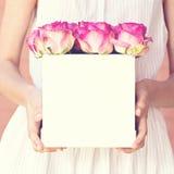 Bouquet des roses roses dans une boîte Photographie stock libre de droits