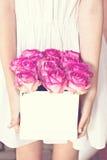 Bouquet des roses roses dans une boîte Image stock