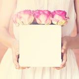 Bouquet des roses roses dans une boîte Images libres de droits