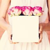 Bouquet des roses roses dans une boîte Photo libre de droits