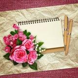 Bouquet des roses roses, des lis de la vallée et des fleurs d'aubépine Photos libres de droits
